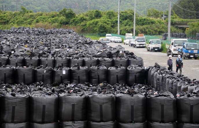 Un entreposage à ciel ouvert de déchets contaminés, à Naraha, dans la préfecture de Fukushima, en juin 2013