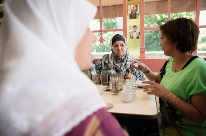 Djamila Brenis (de dos) dans les locaux de l'Ampil, une association marseillaise qui vient en aide aux immigrés âgés.
