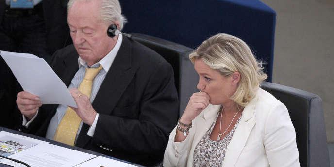 Jean-Marie Le Pen et Marine Le Pen, au Parlement européen à Strasbourg le 2 juillet 2013.