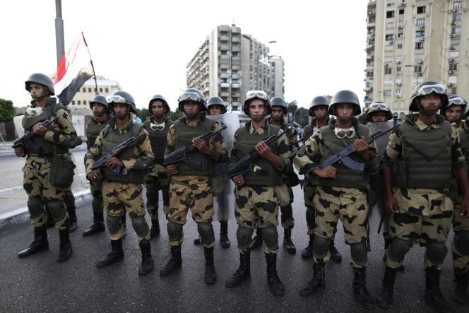 La télévision d'Etat égyptienne évacuée par l'armée, le 3 juillet.