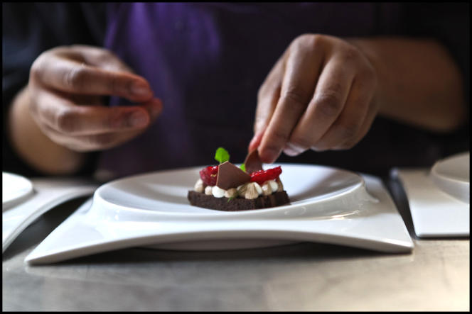 Confection de pâtisserie dans la cuisine du restaurant Itinéraires.