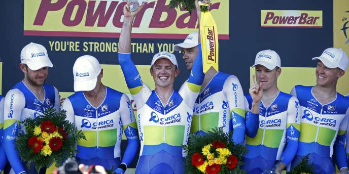Simon Gerrans et ses coéquipiers de l'équipe Orica-Greenedge, sur le podium de la quatrième étape du Tour de France, mardi 2 juillet.