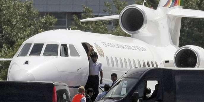 Le président bolivien, Evo Morales, sur le point de quitter l'aéroport de Vienne, le 3 juillet, où son avion avait été contraint d'atterrir dans la nuit de mardi à mercredi.