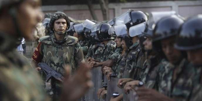 Des soldats égyptiens prennent position aux abords du siège de la Garde républicaine au Caire, mercredi 3 juillet.