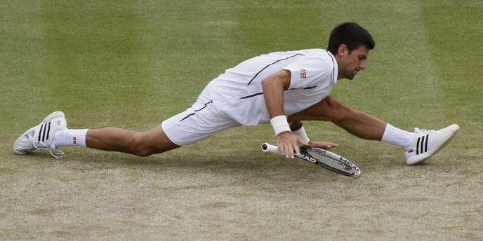 Le Serbe Novak Djokovic au cours d'un match contre le Tchèque Tomas Berdych en quart de finale du championnat de Wimbledon, à Londres, le 3 juillet.