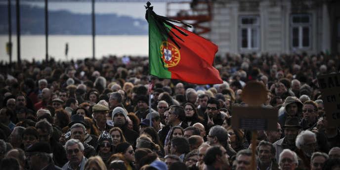 En récession depuis deux ans, l'économie portugaise doit reculer cette année de 2,3 %, et le chômage, dépasser les 18 %. Ici un drapeau portugais lors d'une manifestation contre l'austérité, le 2 mars 2013.