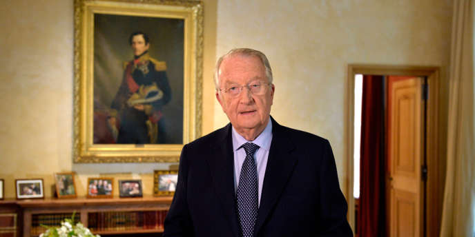Albert II lisant, le 3 juillet, un message annonçant son abdication au profit du prince héritier Philippe.