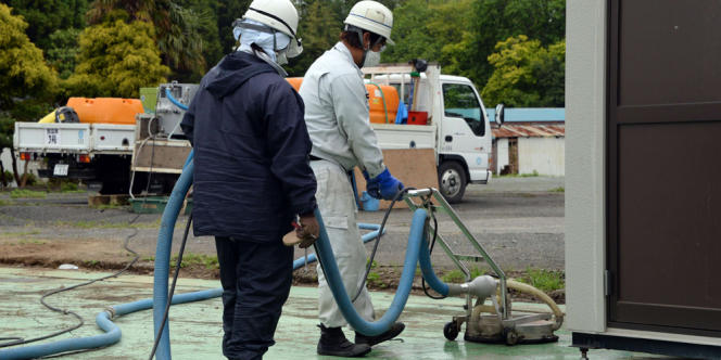 Des ouvriers, le 13 juin, pendant une opération de décontamination de Naraha, ville située dans la zone d'exclusion de la centrale de Fukushima.