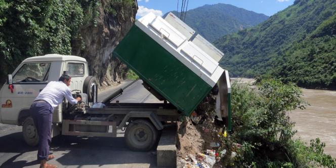 Le 12 juin 2013, un camion de ramassage poubelle de la ville de Fugong déverse son contenu dans la rivière Nu à l'endroit prévu à cet effet. Cinq chargements sont effectués par jour.