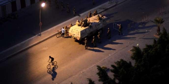 Un char et un vélo dans les rues du Caire, jeudi 4 juillet.