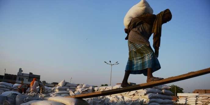 Le gouvernement indien a publié mercredi un décret destiné à fournir des céréales subventionnées à près de 70 % de la population. Une mesure à 3,8 milliards de dollars par an.