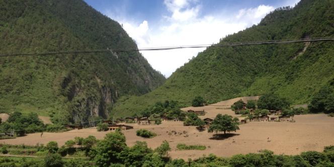 Le développement chinois a aussi des effets positifs : l'électrification a été apportée à nombre de villages inaccessibles par la route.