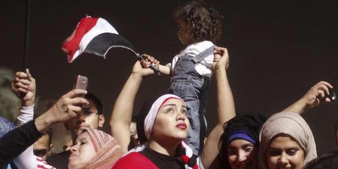 Des manifestants anti-Morsi célèbrent la destitution du président issu des rangs des Frères musulmans, mercredi 3 juillet au soir, place Tahrir, au Caire.
