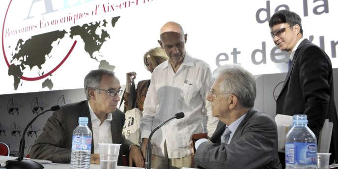 De gauche à droite, Jean Pisani-Ferry, économiste, Pascal Lamy, directeur général de l'Organisation mondiale du commerce, l'ex-président du conseil italien, Mario Monti, et Zhu Min, économiste au Fonds monétaire international, lors de l'édition 2012 des Rencontres économiques d'Aix-en-Provence.