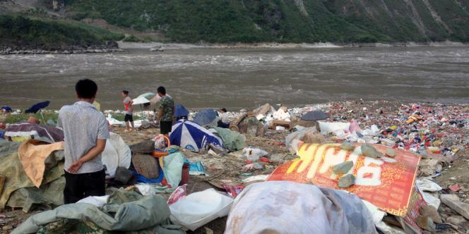 Des dizaines de tonnes d'ordures sont ainsi avalées chaque jour par le courant puissant de la rivière Nu.