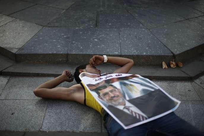 Un manifestant pro-Morsi, devant l'université du Caire, jeudi 4 juillet.