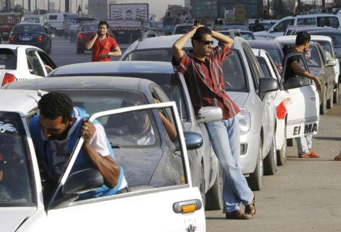 File d'attente devant une pompe à essence, le 25 juin au Caire.