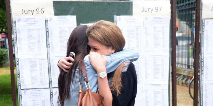 Des élèves s'étreignent alors qu'elles découvrent les résultats du baccalauréat, le 5 juillet 2012 dans un lycée à Rennes.
