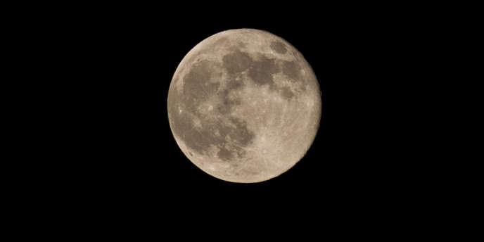 La poussière lunaire forme un fin nuage grisâtre de minuscules particules aussi collantes qu'abrasives qui gênent la visibilité, recouvrent les panneaux solaires et s'infiltrent dans le moindre interstice des mécanismes.
