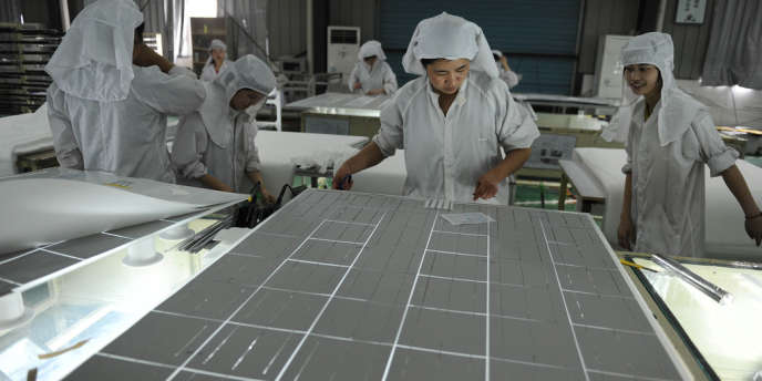 Dans une usine de panneaux solaires à Hefei dans le centre de la province de l'Anhui en Chine.