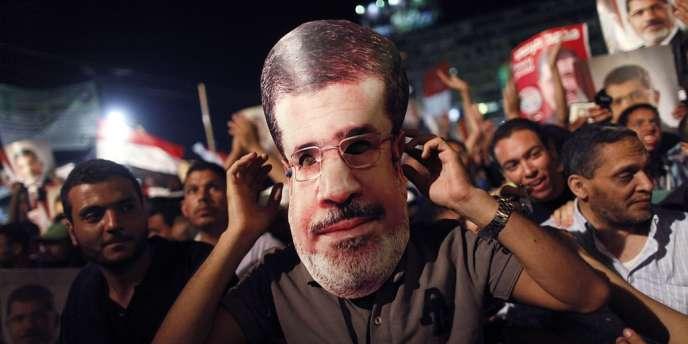 Des membres des Frères musulmans et soutiens de Mohamed Morsi manifestent dans le quartier de Raba Al-Adaawyia, au Caire, le 4 juillet 2013.