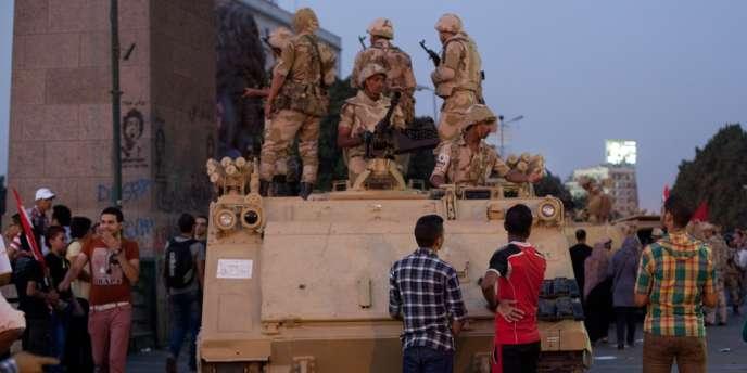 Un convoi militaire égyptien, près de la place Tahrir, pendant les affrontements entre opposants et partisans du président déchu, Mohamed Morsi, au Caire, le 5 juillet.