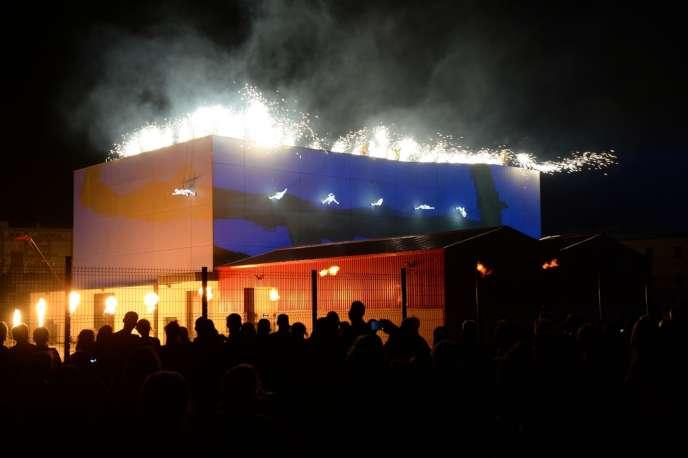 Vendredi 5 juillet, pour l'ouverture du Festival d'Avignon, un feu d'artifice a transformé l'espace d'un soir la FabricA en théâtre de lumière.