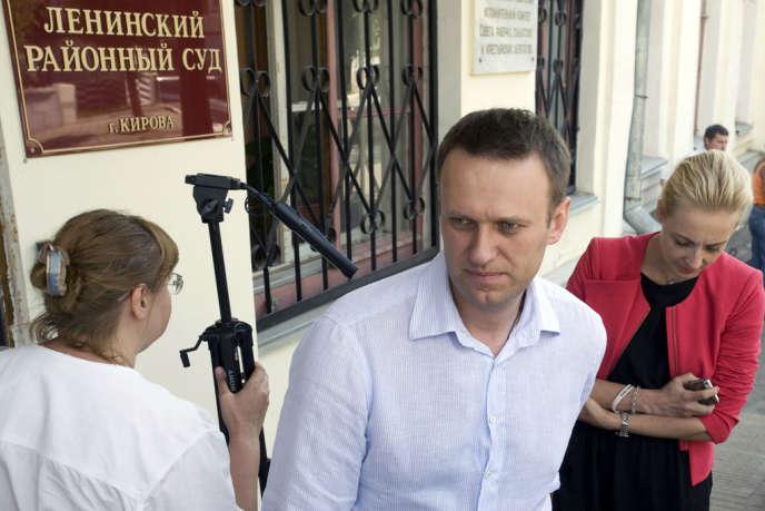 Alexeï Navalny et sa femme Ioulia, à leur sortie du tribunal de Kirov, le 5 juillet.