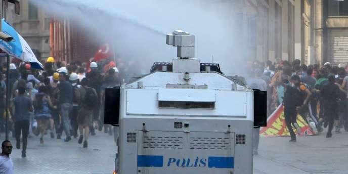 La police use de canons à eau pour disperser des manifestants, le 6 juillet à Istanbul.