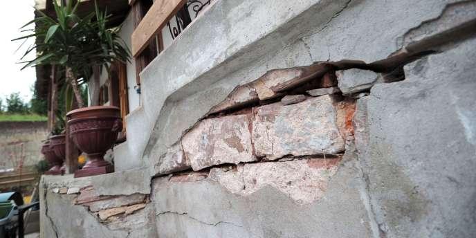 Seules une quinzaine de maisons sont pour l'instant affectées par des fissures ou un basculement, mais les dégâts, dont personne ne veut assumer la responsabilité, vont s'étendre, affirme une expertise .
