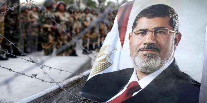 En Egypte, les partisans de l'ex-chef d'Etat islamiste Mohamed Morsi ont tenté d'accrocher la photo de leur héros sur les fils barbelés qui entourent le siège de la garde républicaine.