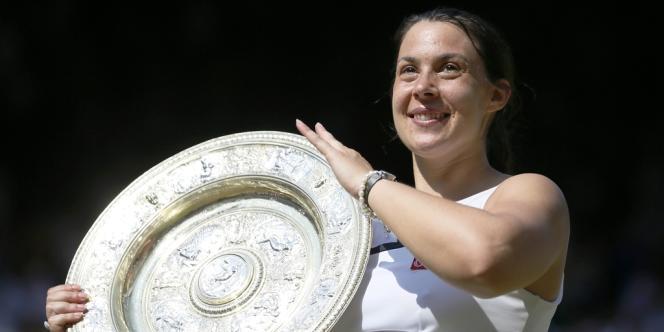 Premier trophée du Grand Chelem pour Marion Bartoli, le 6 juillet à Wimbledon.