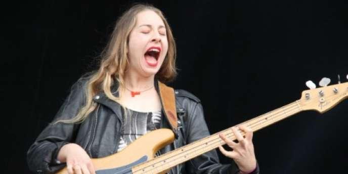 L'une des soeurs du groupe californien Haim qui a fait sensation au Main Square Festival.