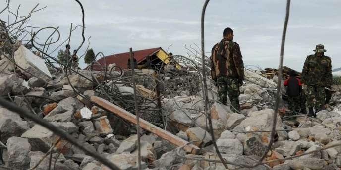 Des sauveteurs, mercredi 3 juillet à Ketol, dans le centre de la province d'Aceh.