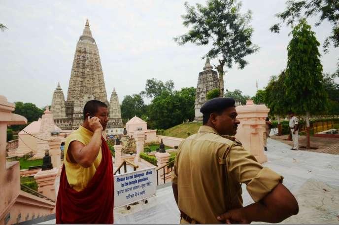 Un policier indien au temple de Bodh Gaya après la série d'explosions qui a secoué le temple bouddhiste, le 7 juillet 2013.
