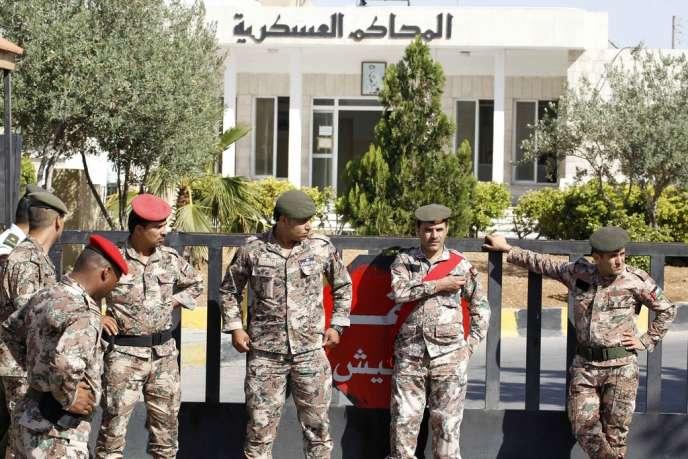 Des membres des forces de sécurité jordanienne devant la cour de sécurité d'Etat à Amman.