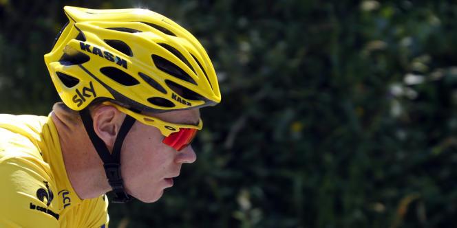 Les coureurs en compagnie du maillot jaune Chistopher Froome (Sky) lors de la 9e étape entre Saint-Girons et Bagnere-de-Bigorre, le 7 juillet.