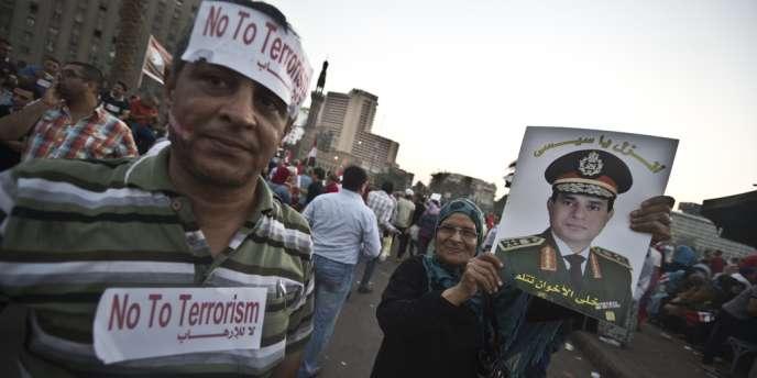 Des supporteurs du chef d'état-major Abdel Fattah Al-Sissi, dimanche 7 juillet au Caire.