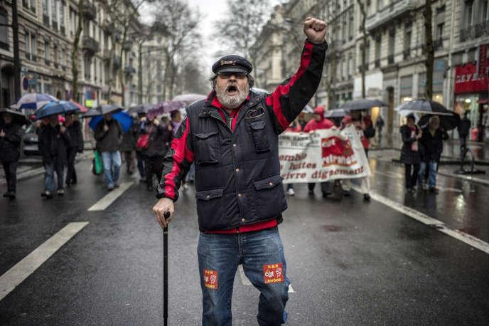 La CGT, FO, FSU, Solidaires, CFTC et CGC menacent d'une grève à la rentrée pour réclamer une revalorisation du point d'indice qu'ils jugent nécessaire et défendre le régime de retraite des fonctionnaires.
