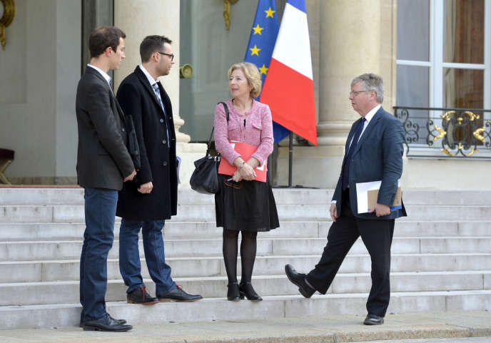 La ministre de l'enseignement supérieur Geneviève Fioraso sur le perron de l'Elysée en compagnie de Julien Blanchet à gauche), le président de la FAGE, le 25 juin.