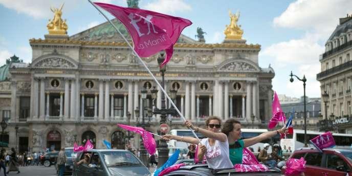 Action des opposants au mariage homosexuel le 30 juin devant l'Opéra Garnier, à Paris.