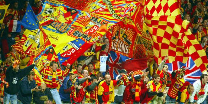 Des supporteurs nordistes aux plus belles heures du club, lors d'un match de Ligue des champions contre l'AC Milan, à Bollaert, en 2002.