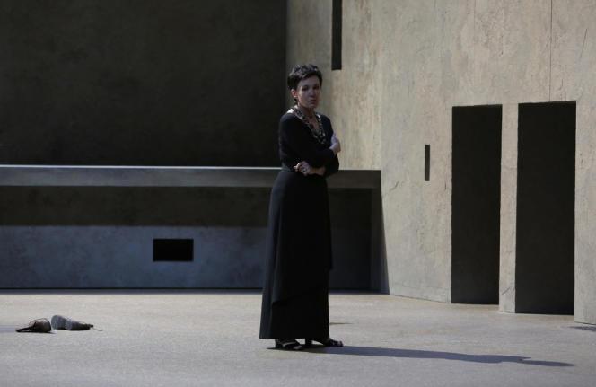 La mezzo-soprano allemande Waltraud Meier est Clytemnestre dans