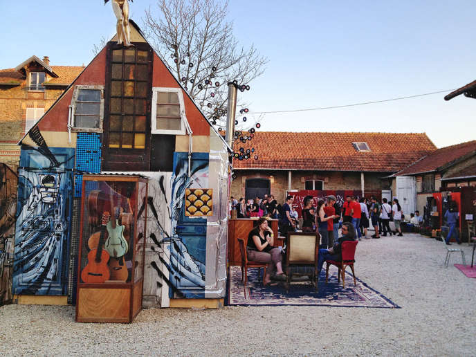 La cour du festival La Ferme électrique à Tournan-en-Brie (Seine-et-Marne).