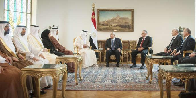 Le président par intérim Adli Mansour avec des délégués des Emirats arabes unis au palais présidentiel du Caire, le 9 juillet.