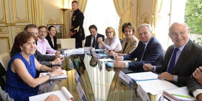 La ministre des affaires sociales Marisol Touraine, aux côtés de Jean-Marc Ayrault et de Michel Sapin à Matignon, au cours d'une rencontres avec les représentants des différents syndicats, sur la question des retraites.