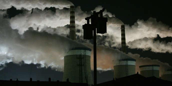 Le captage du CO2 dans les fumées des usines et des centrales thermiques, puis son stockage sous terre, est l'une des pistes explorées pour limiter le réchauffement climatique