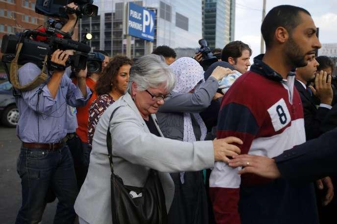 Des membres (dissimulés sous des foulards) de la famille de Djokhar Tsarnaev quittent, le 10 juillet,  le tribunal fédéral où ce dernier est jugé pour l'attentat du marathon de Boston, le 15 avril.