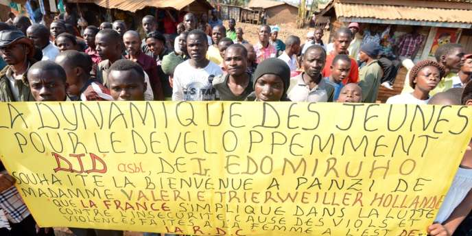 Un groupe de jeunes Congolais accueille Valérie Trierweiller à son arrivée à Bukavu, le 8 juillet.