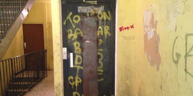 Une porte d'ascenseur à la cité du Chêne-Pointu, à Clichy-sous-Bois (Seine-Saint-Denis).